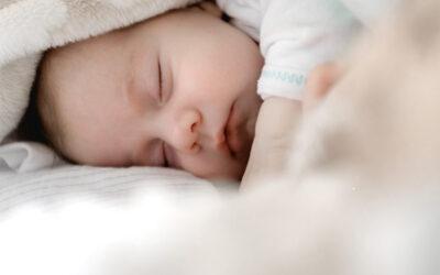 ¿Por qué algunos bebés demandan lactancia nocturna?